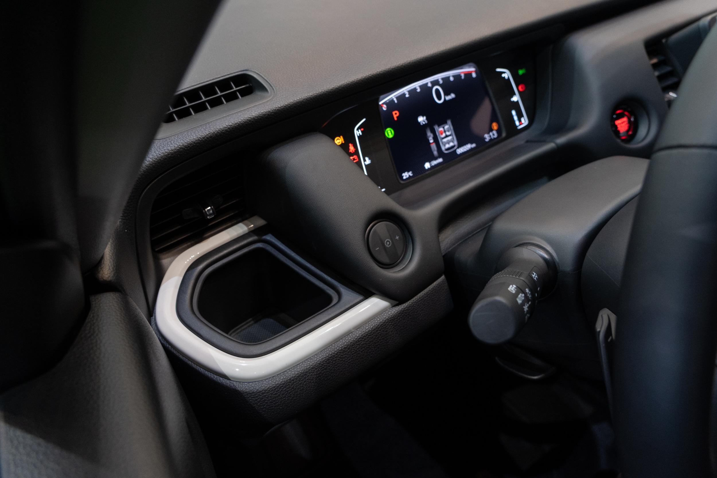 中控台左右兩側額外增加了兩個置背架。