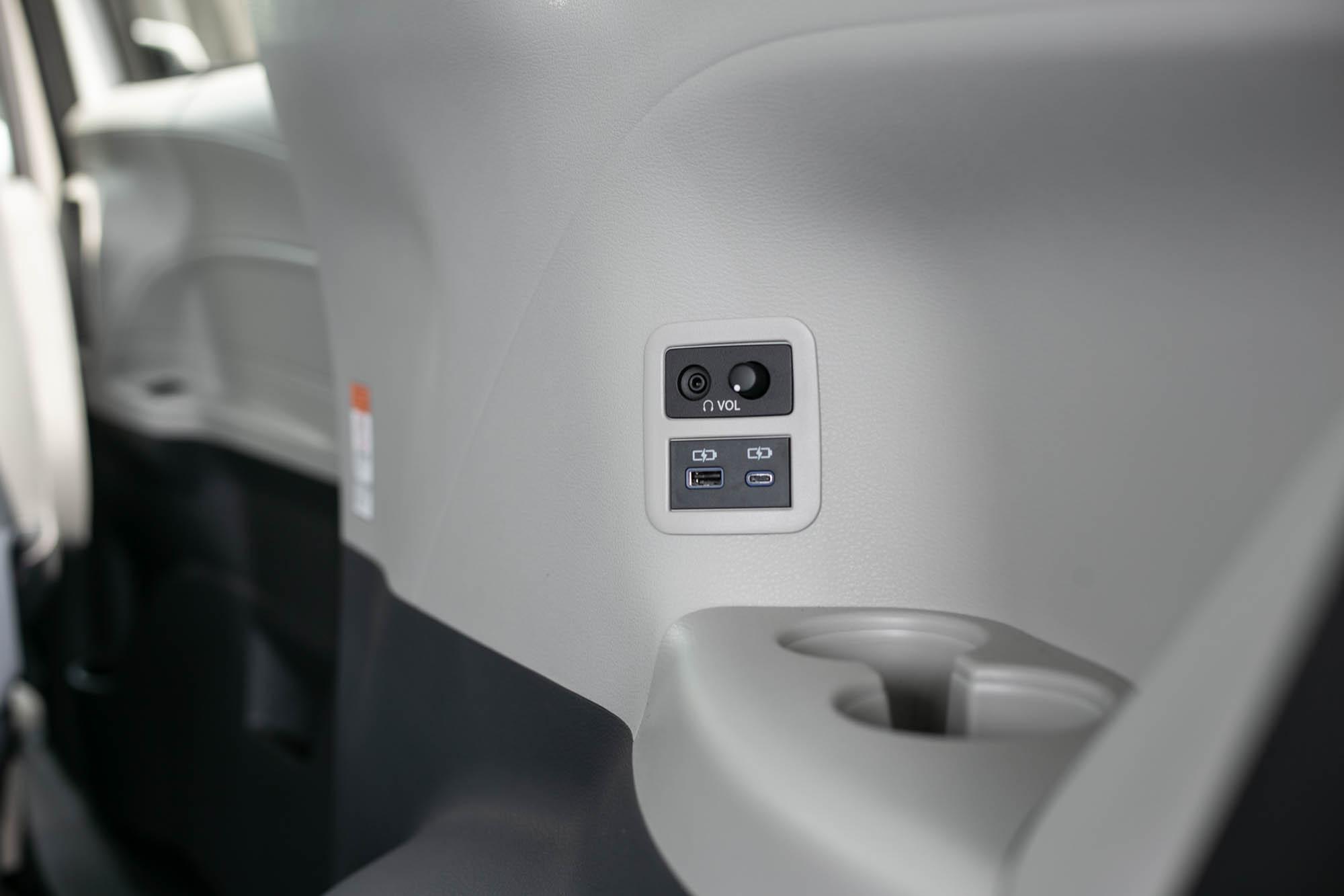 第三排右側的置杯架與充電孔。
