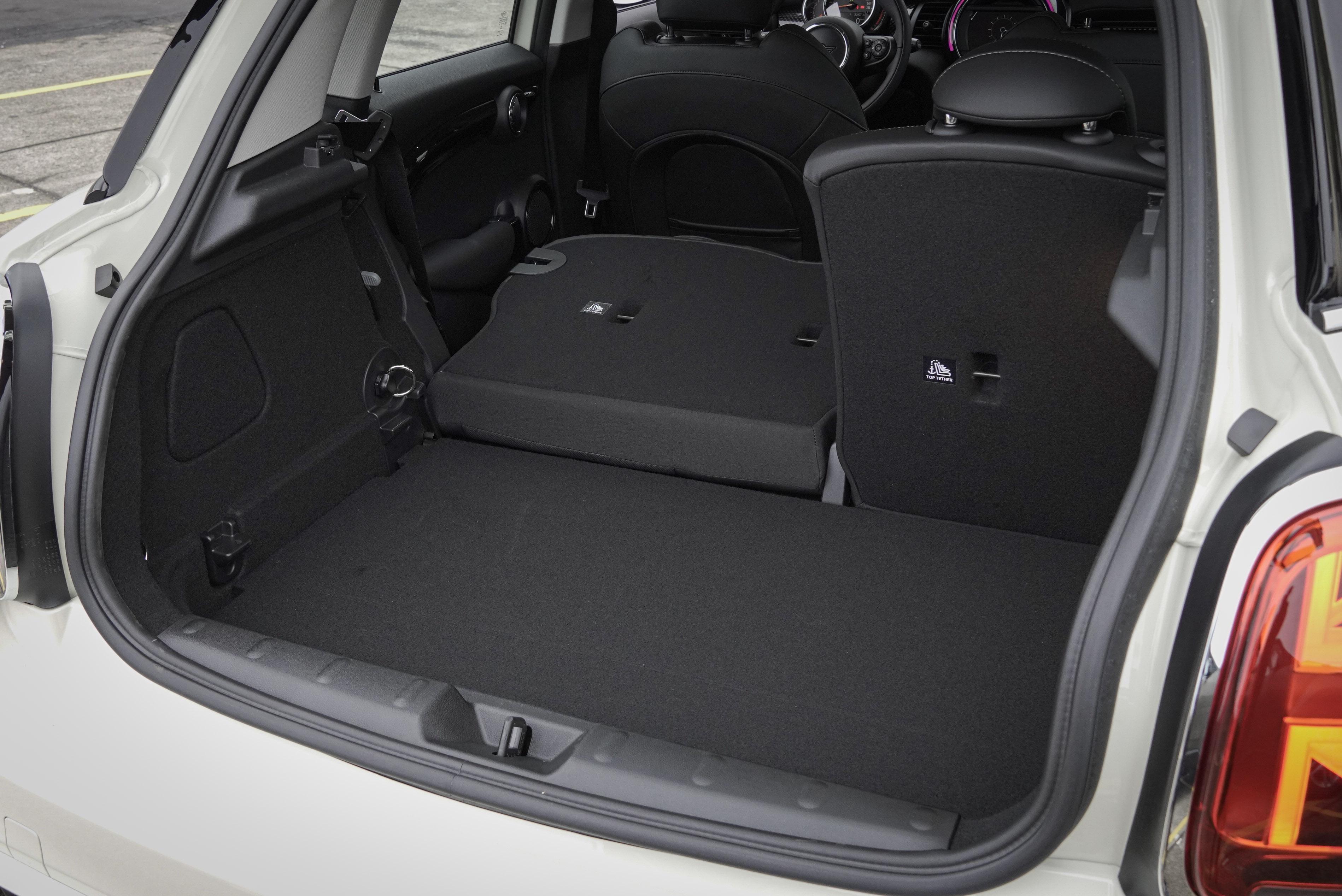 行李廂提供 6/4 椅背傾倒,容積從 278 L 提升至 941 L。