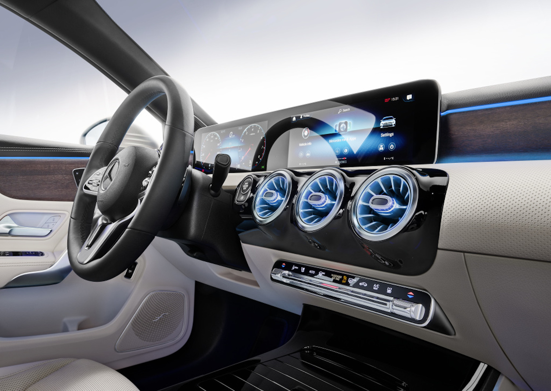 標準配備 MBUX 多媒體系統含「Hey賓士!」智能聲控功能(10.25吋寬螢幕數位儀表為選用配備)。