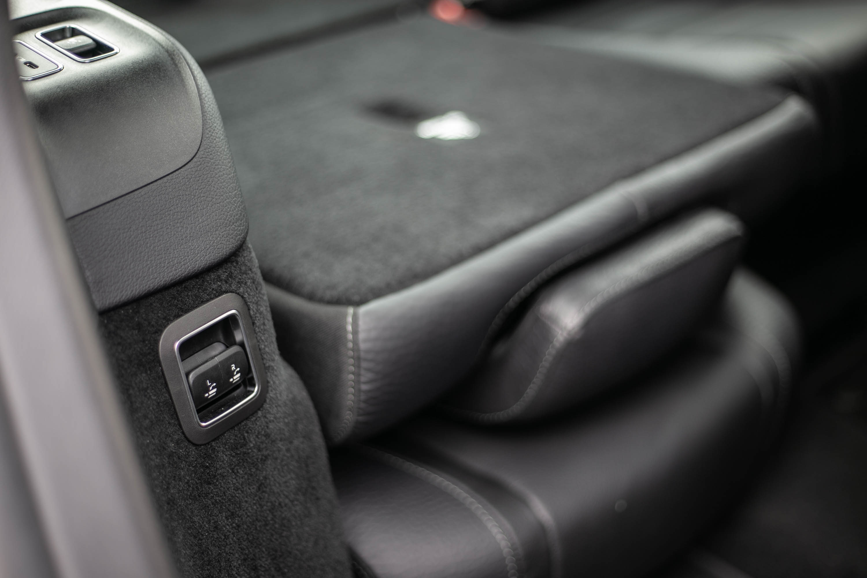 第三排右側前端具備第三排座椅收折功能,方便讓車主從右後門端操作座椅收折動作。