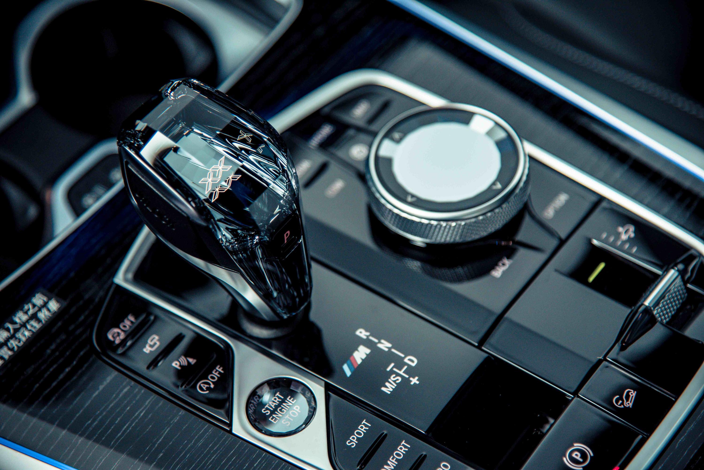 頂級水晶中控套件搭配鑽石切面的頂級水晶排檔桿及功能按鍵,搭配 M 三色標誌。