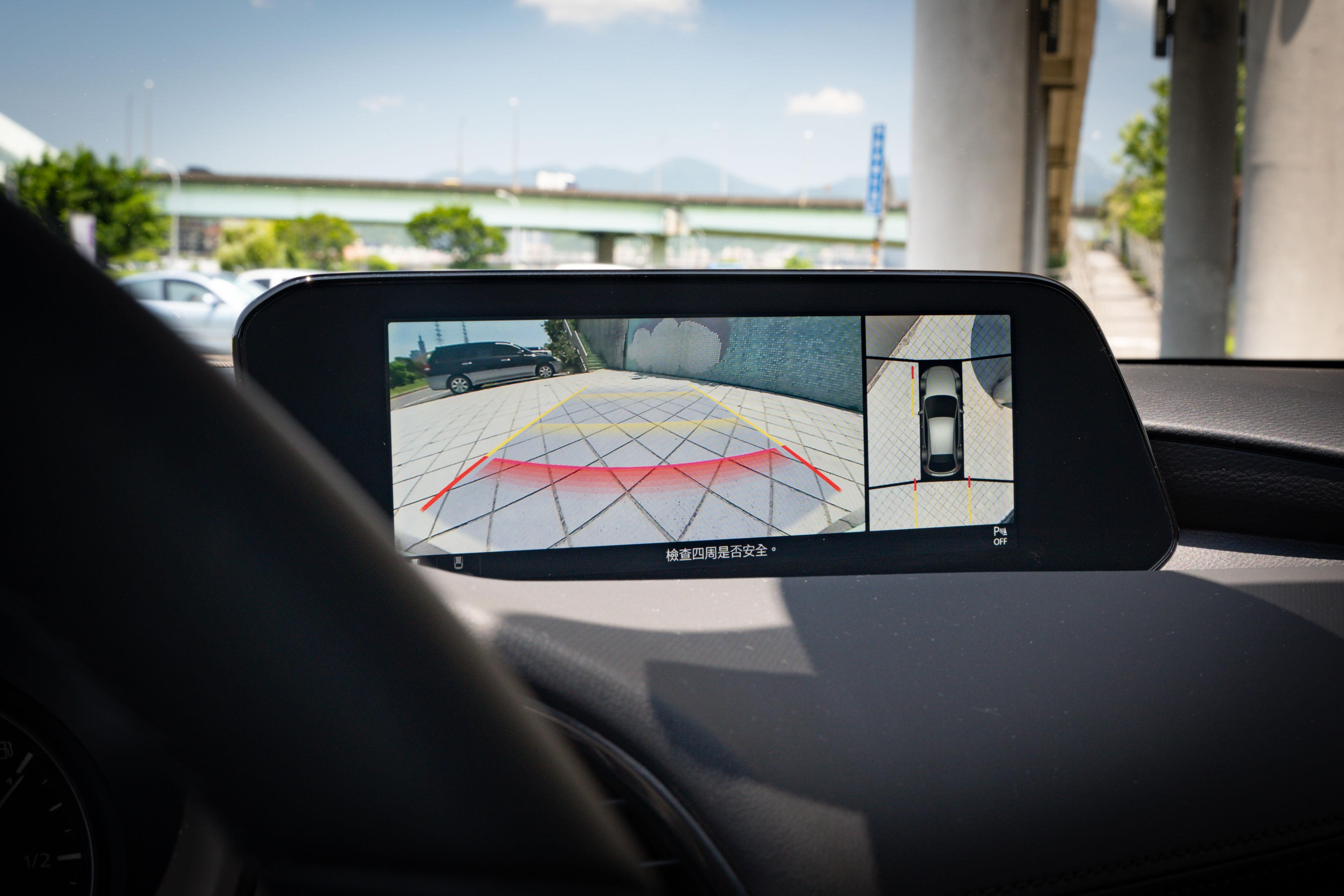 倒車顯影系統畫質非常清晰,360° 環景輔助系統為旗艦型、旗艦進化型配備。