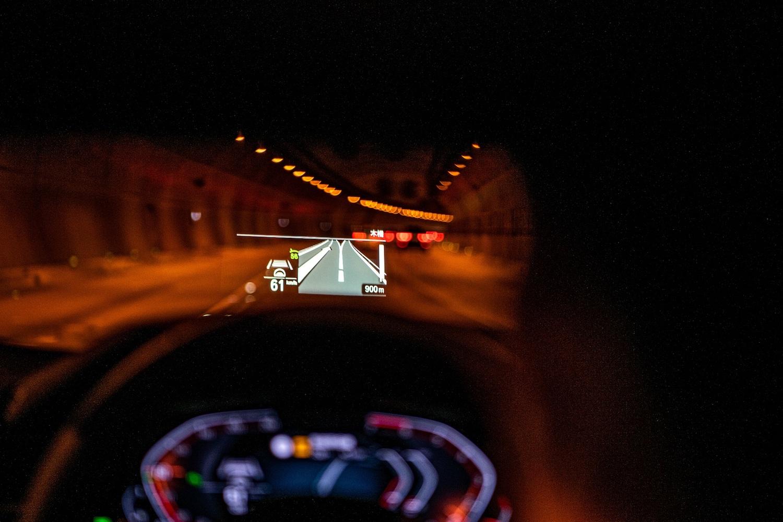 全新 BMW 520i、530i 白金旗艦版標準配備全彩車況抬頭顯示器,大面積的投影範圍結合導航功能。