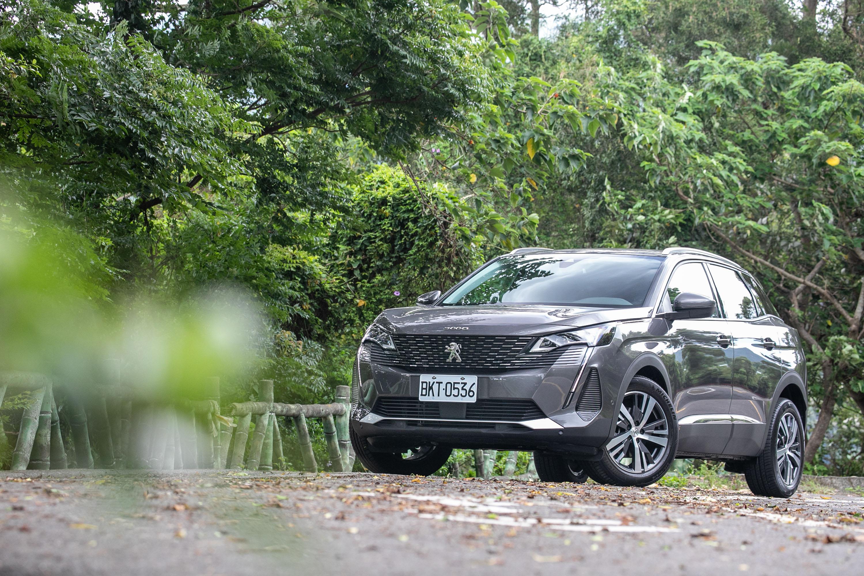 試駕車型為 Peugeot 小改款 3008 BlueHDi Allure,售價為新台幣 140.9 萬元起。